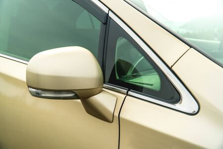 Photo of rear-view side mirror on a gold-coloured car close-up Imagens