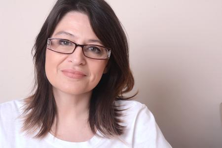 vejez feliz: Retrato de latina mujer de mediana edad con gafas Foto de archivo