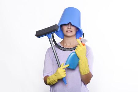productos de limpieza: Retrato de mujer joven y atractiva con los productos de limpieza, guantes y cubo. fondo blanco aislado. Foto de archivo