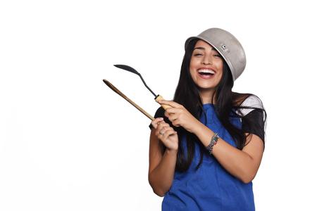 Junge schöne Frau mit Küchenzubehör . Getrennter weißer Hintergrund Standard-Bild - 61189185