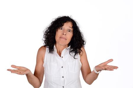 Portret van mooie vrouw die niet begrijpen wat er gebeurt. Geïsoleerde witte achtergrond.
