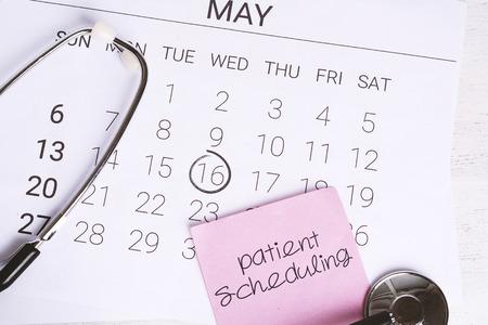 日历页上的听诊器。定期体检的概念。
