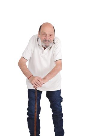 Retrato de hombre mayor sonriente con un bastón. Fondo blanco aislado Foto de archivo