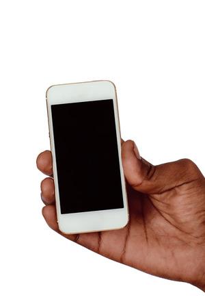 Mano masculina que sostiene el teléfono inteligente con pantalla en blanco. Aislado sobre fondo blanco.