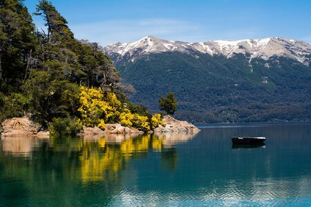 Mountains and Lake, summer landscape in San Martin de los andes, Argentina. 免版税图像
