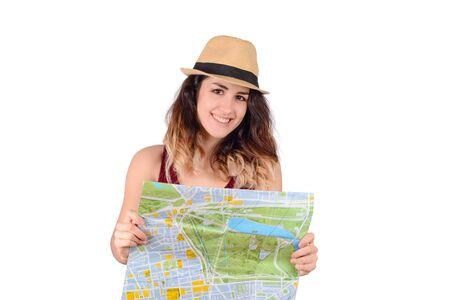 Porträt der jungen touristischen Frau, die Karte auf Studio betrachtet. Standard-Bild