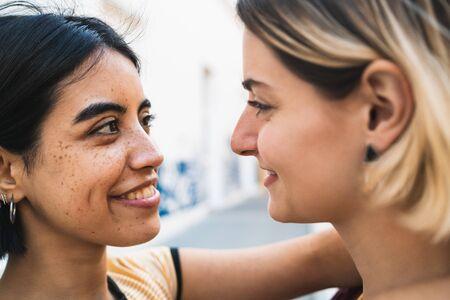 Retrato de pareja feliz pasar tiempo juntos y abrazarse en la calle. Concepto LGBT.