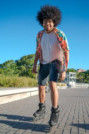 Latin man rollerskating on the street. Standard-Bild