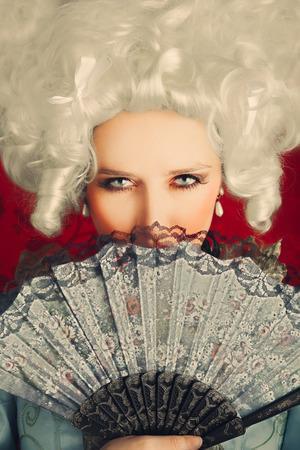 Beau portrait baroque femme avec perruque et ventilateur Banque d'images