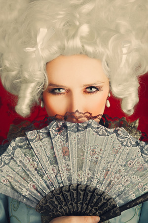 nobile: Bella donna del ritratto barocco con parrucca e Fan
