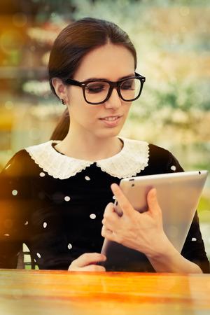 geek: Mujer joven con gafas y Tablet