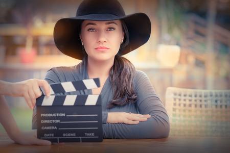 Mujer joven con un sombrero de ancha está listo para rodar una nueva escena