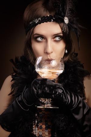 flapper: Retrato de una chica de la aleta en una fiesta bebiendo champán Foto de archivo