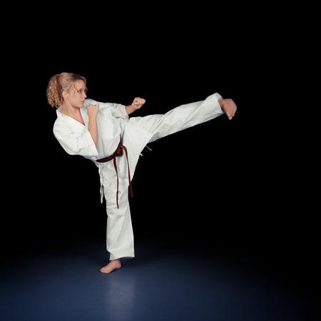 patada: Retrato de una muchacha hermosa joven artes marciales en kimono ejercicio
