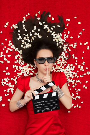 tridimensional: Woman on red carpet watching a tridimensional film surrounded by popcorn