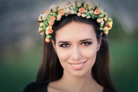afrodita: Primer plano de una mujer joven hermosa afuera con un tocado floral Foto de archivo