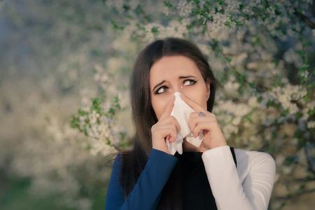 alergenos: Retrato de una mujer enferma que sopla su nariz