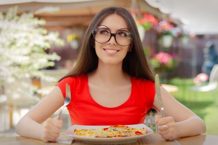 Lustige junge Frau, die Pizza essen