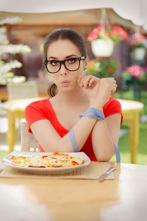 plato del buen comer: Mujer sorprendida con las manos atadas con cinta métrica