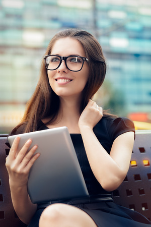 SECRETARIA: Mujer joven con la tableta en la ciudad Foto de archivo