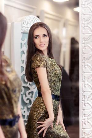 거울을보고 황금 브로케이드 복장에 아름다운 소녀