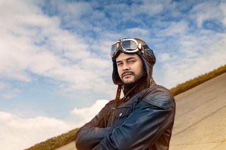 piloto: Retrato Piloto retro con gafas y casco de la vendimia Foto de archivo