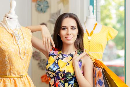 gastos: Compra da mulher na loja de Moda