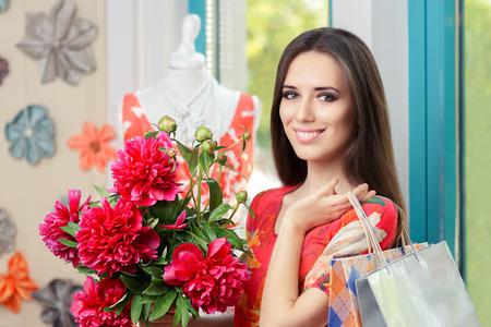 caras emociones: Mujer con ramo floral y bolsos de compras
