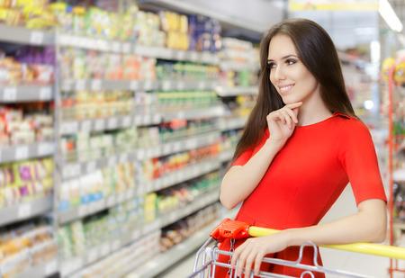 슈퍼마켓에서 온라인 쇼핑 행복 한 여자