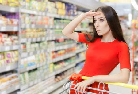 スーパーに買い物に興味津 々 の女性 写真素材