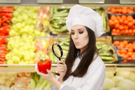 comida rica: Funny Lady Chef Inspección de verduras con Lupa Foto de archivo