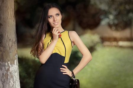 mujer elegante: Mujer Elegante su bolso y las llaves