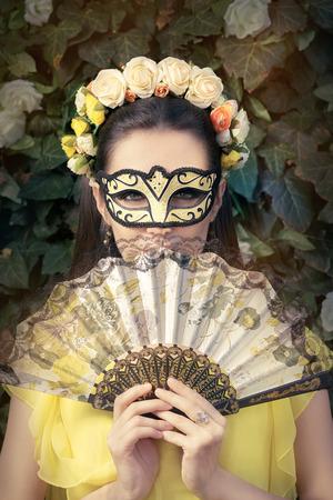 mascara de teatro: Mujer hermosa con la guirnalda floral, Mask y Fan Foto de archivo