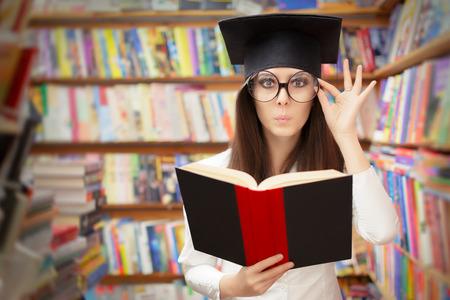 Curieux Élève du secondaire lisant un livre dans une bibliothèque