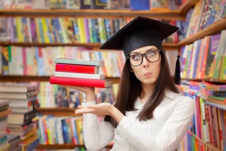 cara sorprendida: Estudiante sorprendido con el casquillo de la graduación que sostienen los libros