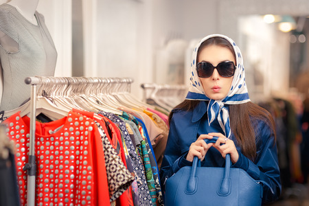 블루 트렌치 코트와 선글라스 쇼핑에 호기심 소녀 스톡 콘텐츠