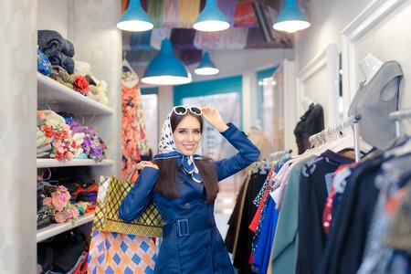 Gelukkig Meisje in Blauw Trenchcoat en Zonnebril Winkelen