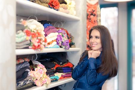 Gelukkig Meisje in Blauw Trenchcoat Winkelen Stockfoto