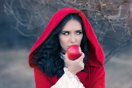 Red Hooded Woman Holding Apple Fairytale Portret Stockfoto