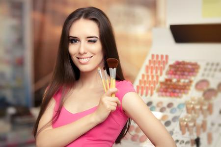메이크업 브러쉬를 들고 행복 한 여자 스톡 콘텐츠