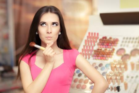 sorprendido: Mujer sorprendida que sostiene un pincel de maquillaje