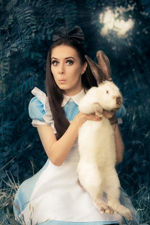 extrañar: Funny Girl disfrazados como Alicia en el país de las maravillas con el conejo blanco