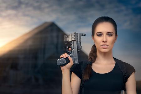 mujer con pistola: Potente Woman Holding Gun Action estilo de la película