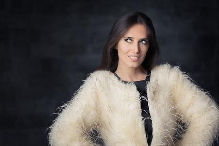 bata blanca: Hermosa Invierno Mujer Llevaba Abrigo de piel Foto de archivo