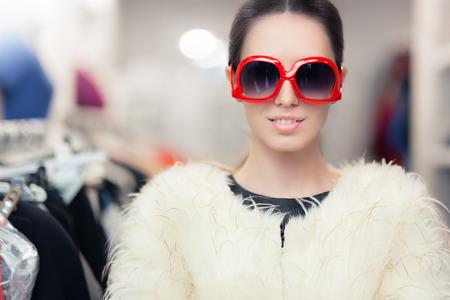 Vrouw in de winter jas met grote zonnebril Fur Stockfoto