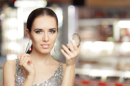 piel humana: Glamour mujer con el l�piz labial y el espejo de maquillaje Foto de archivo