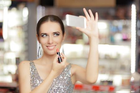 립스틱과 스마트 폰을 가진 매력적인 여자 스톡 콘텐츠
