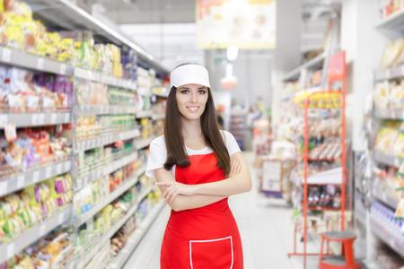 Sonreír Supermercado Empleado Permanente Entre Estantes Foto de archivo
