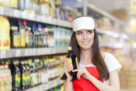 웃는 슈퍼마켓 직원은 제품을 들고 스톡 콘텐츠