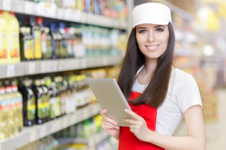 Pc のタブレットを保持している笑顔のスーパー マーケット従業員